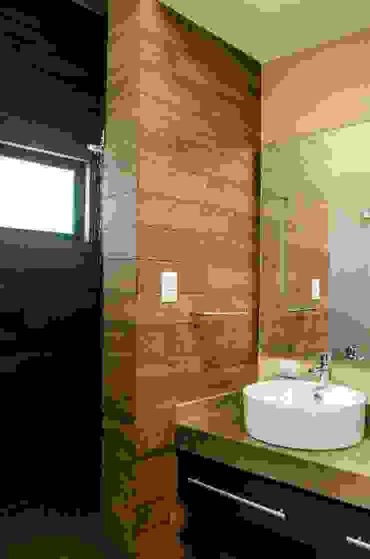 Regadera y lavabos en baño Baños modernos de ARKOT arquitectura + construcción Moderno