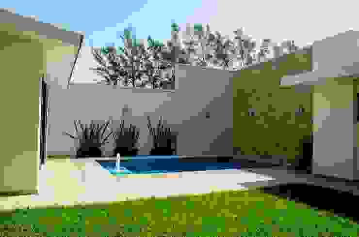 Jardin y alberca Jardines modernos: Ideas, imágenes y decoración de ARKOT arquitectura + construcción Moderno