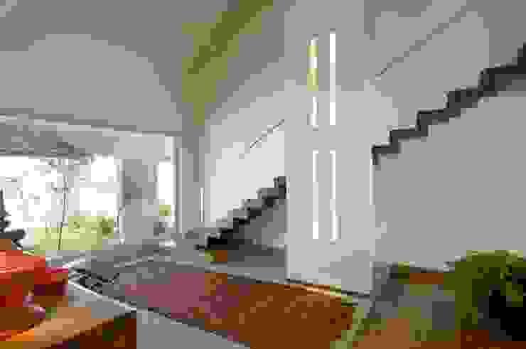 Casa na Pampulha 1- Reforma de casa existente Corredores, halls e escadas modernos por Lanza Arquitetos Moderno