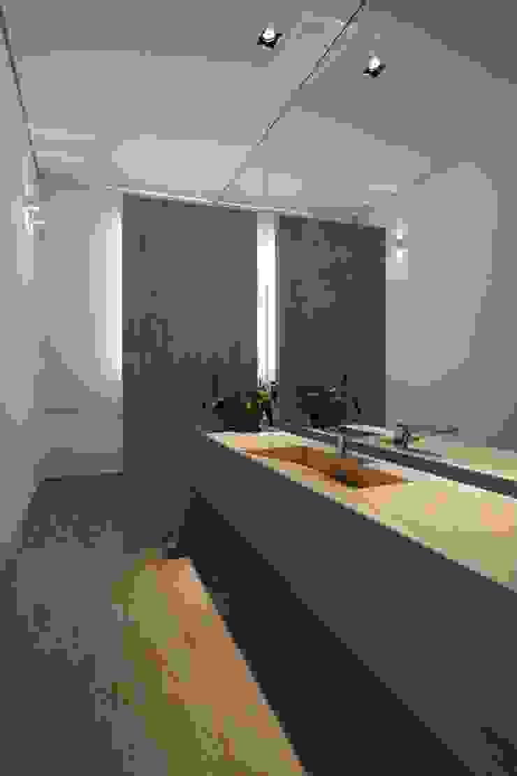 Casa nas Mangabeiras モダンスタイルの お風呂 の Lanza Arquitetos モダン