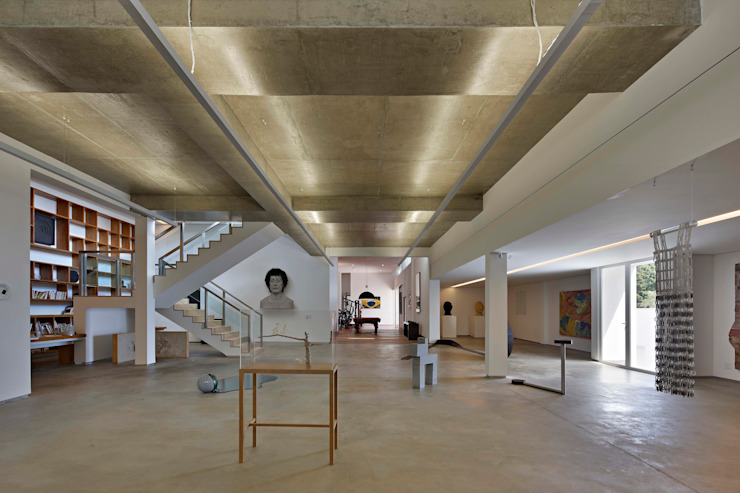 Casa nas Mangabeiras モダンスタイルの 玄関&廊下&階段 の Lanza Arquitetos モダン