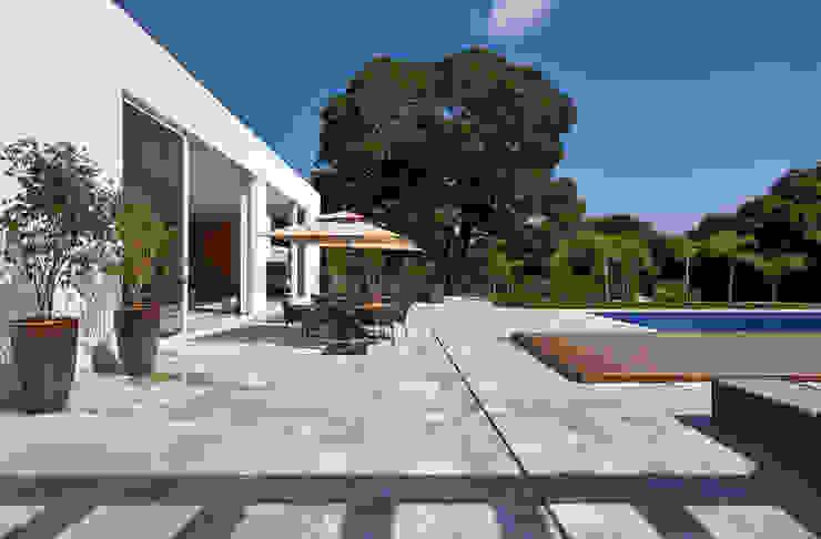 Amendoeiras Alta Balcones y terrazas de estilo moderno de Lanza Arquitetos Moderno