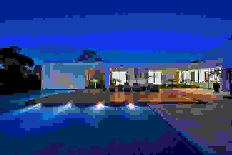 Amendoeiras Alta Piscinas de estilo moderno de Lanza Arquitetos Moderno