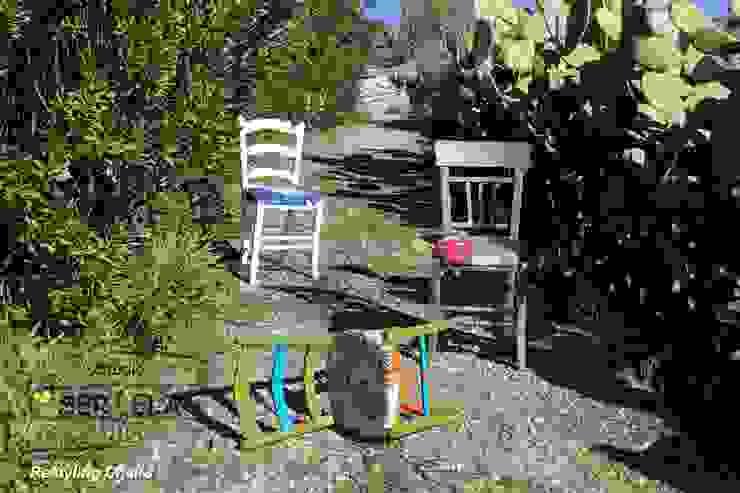Gruppo di sedie dopo l'intervento di restyling. di Studio SerEla Moderno