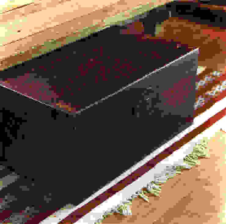 Baul de madera forrado en cuero sobre killim. de Desde Asia Asiático