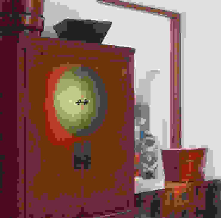 Antiguo armario de madera de olmo laqueado, dote de casamiento. China. de Desde Asia Asiático