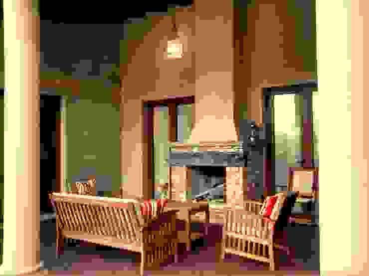 Galería con hogar Balcones y terrazas mediterráneos de Azcona Vega Arquitectos Mediterráneo