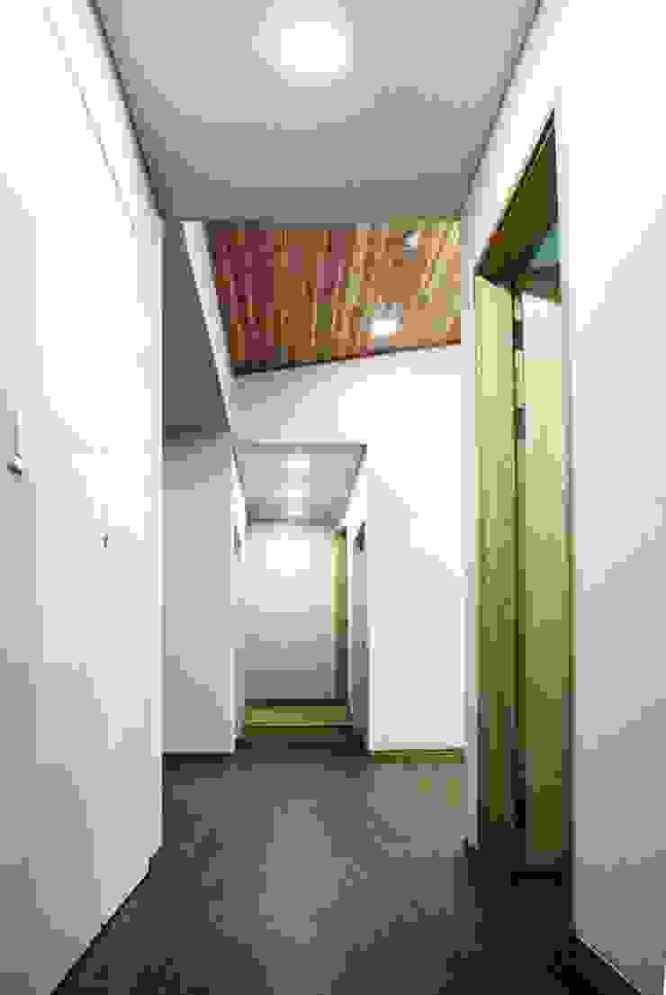 Modern corridor, hallway & stairs by 스투디오 테이크 Modern