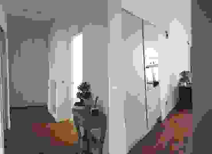 Modern Corridor, Hallway and Staircase by studio di architettura cinzia besana Modern