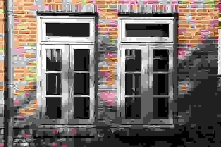 Twee kozijnen met roedes Landelijke ramen & deuren van OX architecten Landelijk