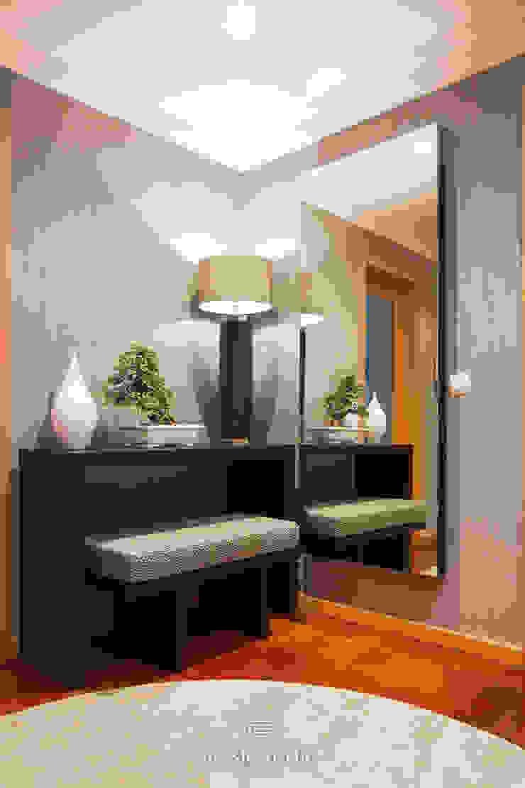 Hall de Entrada por Basic & Chic Moderno