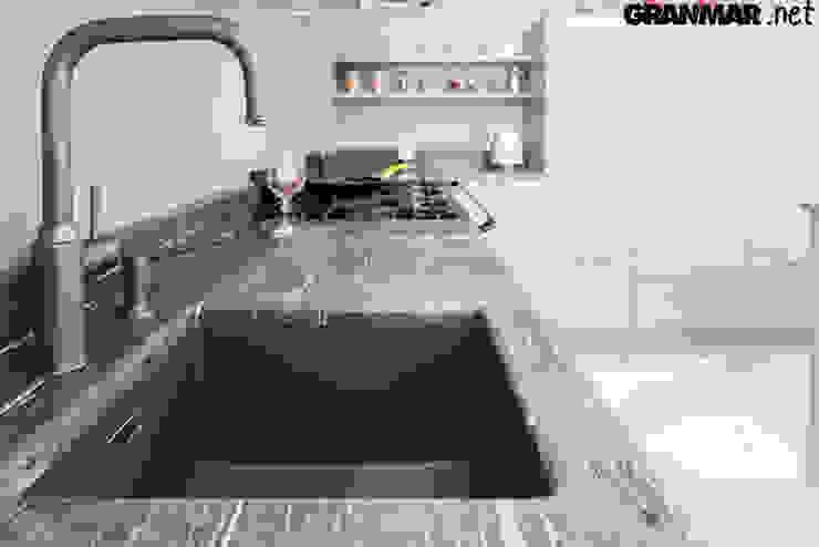Zlew podwieszany z obróbką ćwierćwałek: styl , w kategorii Kuchnia zaprojektowany przez GRANMAR Borowa Góra - granit, marmur, konglomerat kwarcowy,Klasyczny Kwarc