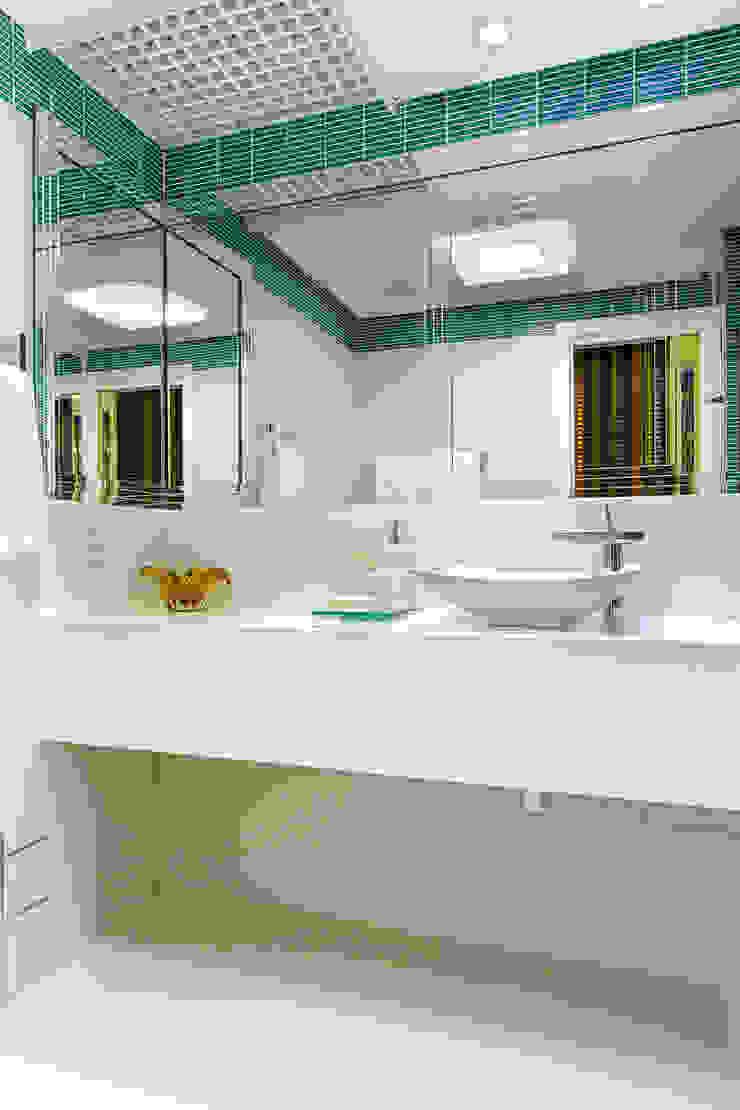 Salle de bain moderne par Milla Holtz & Bruno Sgrillo Arquitetura Moderne