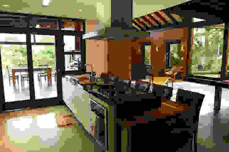 Kitchen by Baixo Impacto Arquitetura Ltda., Rustic