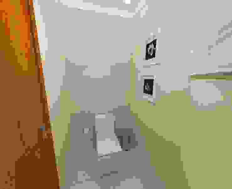 Camila Feriato Modern bathroom Beige