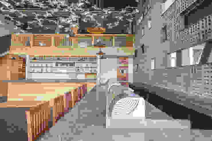 KENZO Espacios comerciales de estilo moderno de 0STUDIO Moderno Madera Acabado en madera