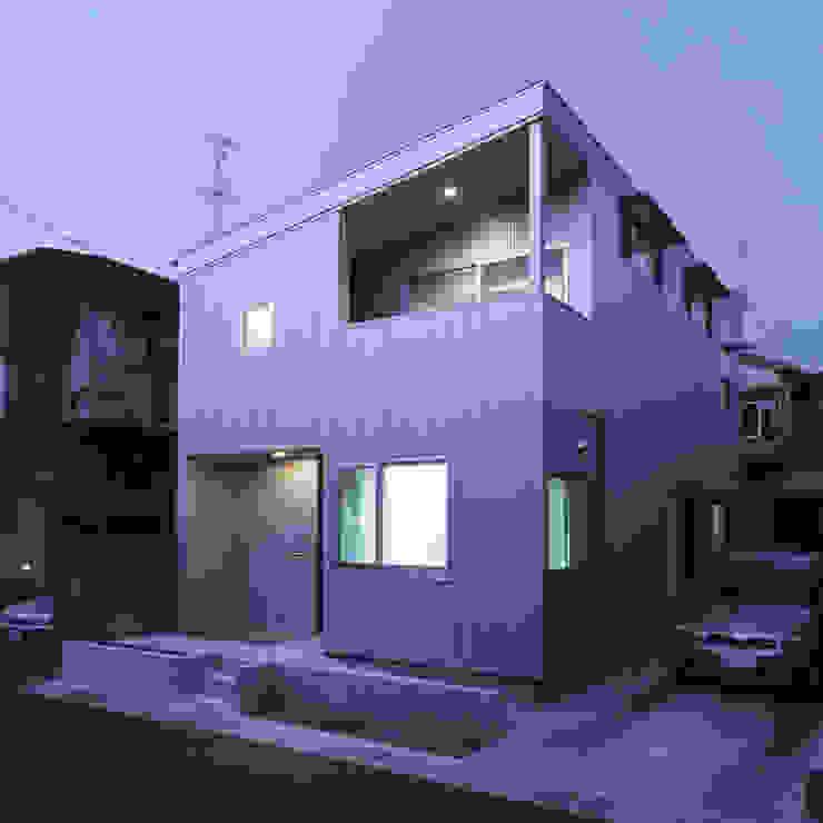 アンティーク雑貨のある家 – ガルバリウム鋼板のローコスト住宅 – モダンな 家 の atelier m モダン