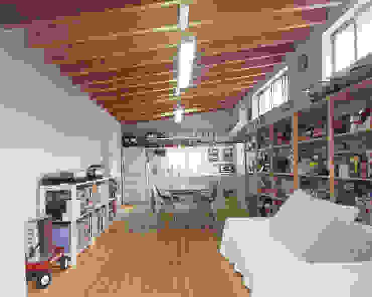 アンティーク雑貨のある家 – ガルバリウム鋼板のローコスト住宅 – 一級建築士事務所アトリエm モダンデザインの リビング
