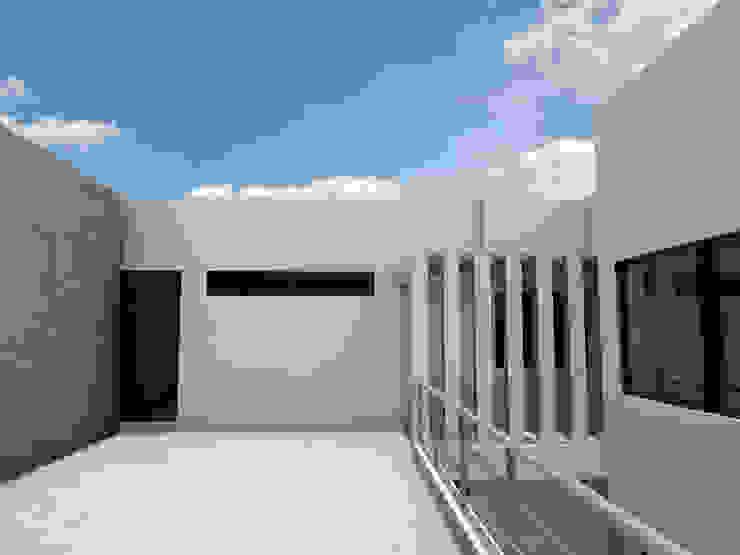 Puente de interconexión de espacios Casas modernas de Flores Rojas Arquitectura Moderno