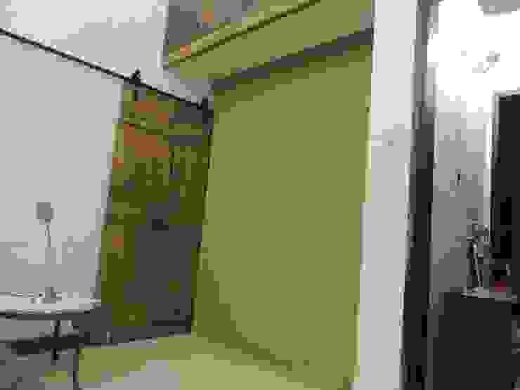 ingreso pueerta que vincula espacio dormitorio con vestidor y baño Baños modernos de CRISTINA FORNO Moderno Cerámico