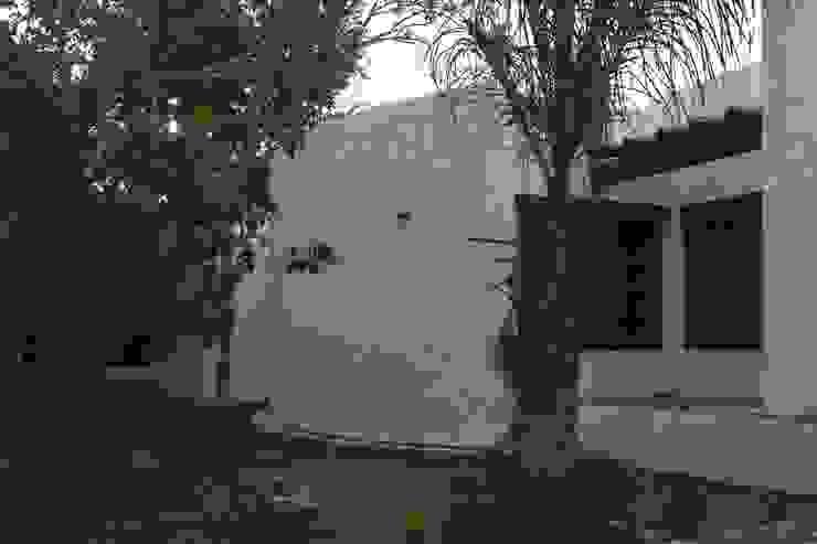 FACHADA PRINCIPAL VISTA Casas modernas de AIDA TRACONIS ARQUITECTOS EN MERIDA YUCATAN MEXICO Moderno Caliza