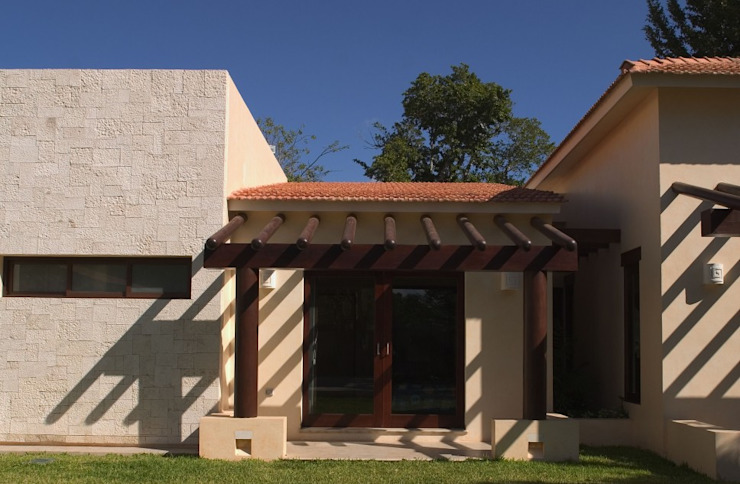 FACHADA POSTERIOR: Casas de estilo  por AIDA TRACONIS ARQUITECTOS EN MERIDA YUCATAN MEXICO,