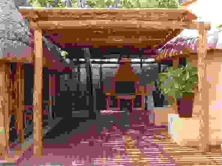 APERGOLADO EN PALAPA ZODZIL Balcones y terrazas de estilo clásico de AIDA TRACONIS ARQUITECTOS EN MERIDA YUCATAN MEXICO Clásico Madera Acabado en madera