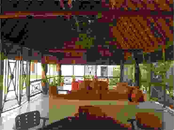INTERIOR EN PALAPA ZODZIL Salones clásicos de AIDA TRACONIS ARQUITECTOS EN MERIDA YUCATAN MEXICO Clásico Compuestos de madera y plástico