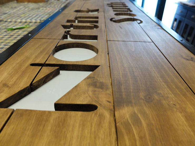 Rótulos madera:  de estilo industrial de Vil.la Pingüí, Industrial Madera Acabado en madera