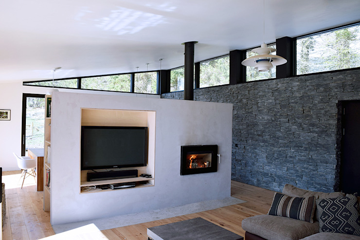 Concrete Hearth Wall Brown + Brown Architects Modern living room Concrete White