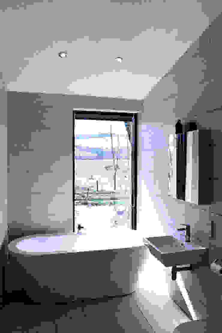 Bathroom Brown + Brown Architects Modern bathroom Tiles Grey