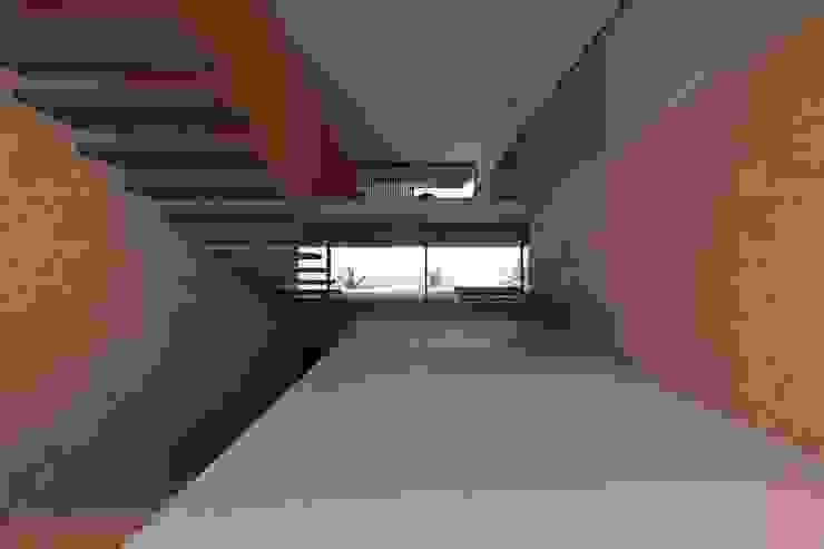Modern corridor, hallway & stairs by Lousinha Arquitectos Modern