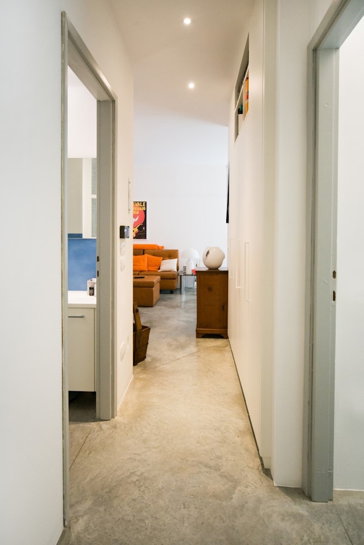 Corridio distributivo PADIGLIONE B Ingresso, Corridoio & Scale in stile moderno Cemento Bianco
