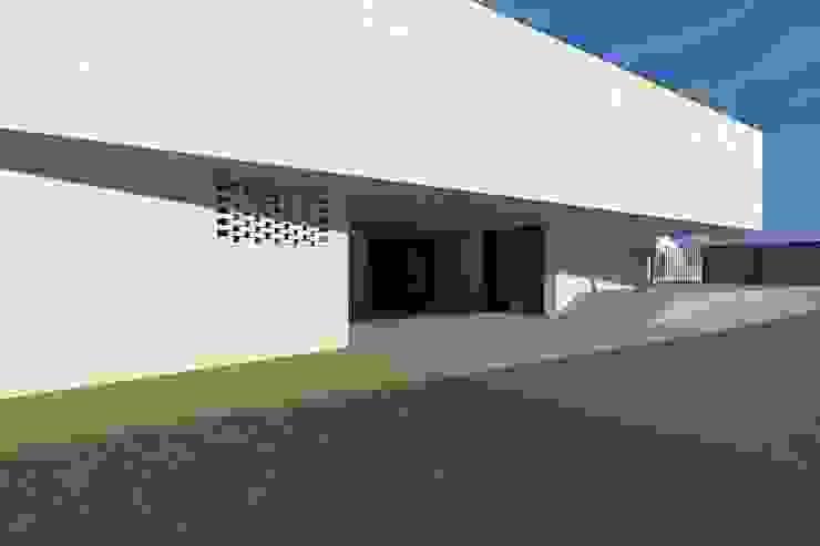 Casa Águeda Janelas e portas minimalistas por Lousinha Arquitectos Minimalista
