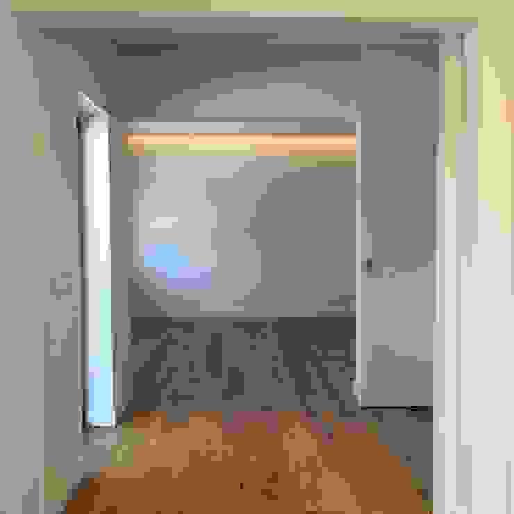 Suite Quartos modernos por HighPlan Portugal Moderno Madeira Acabamento em madeira