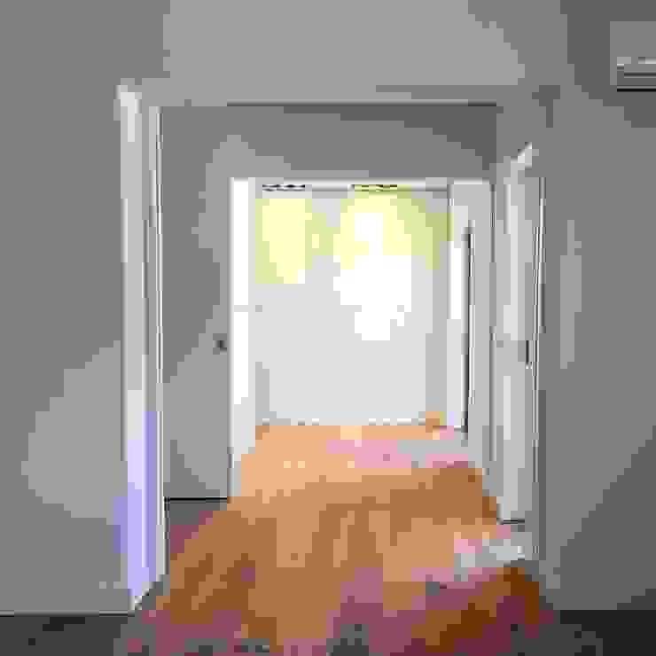Closet da Suite Closets modernos por HighPlan Portugal Moderno Madeira Acabamento em madeira