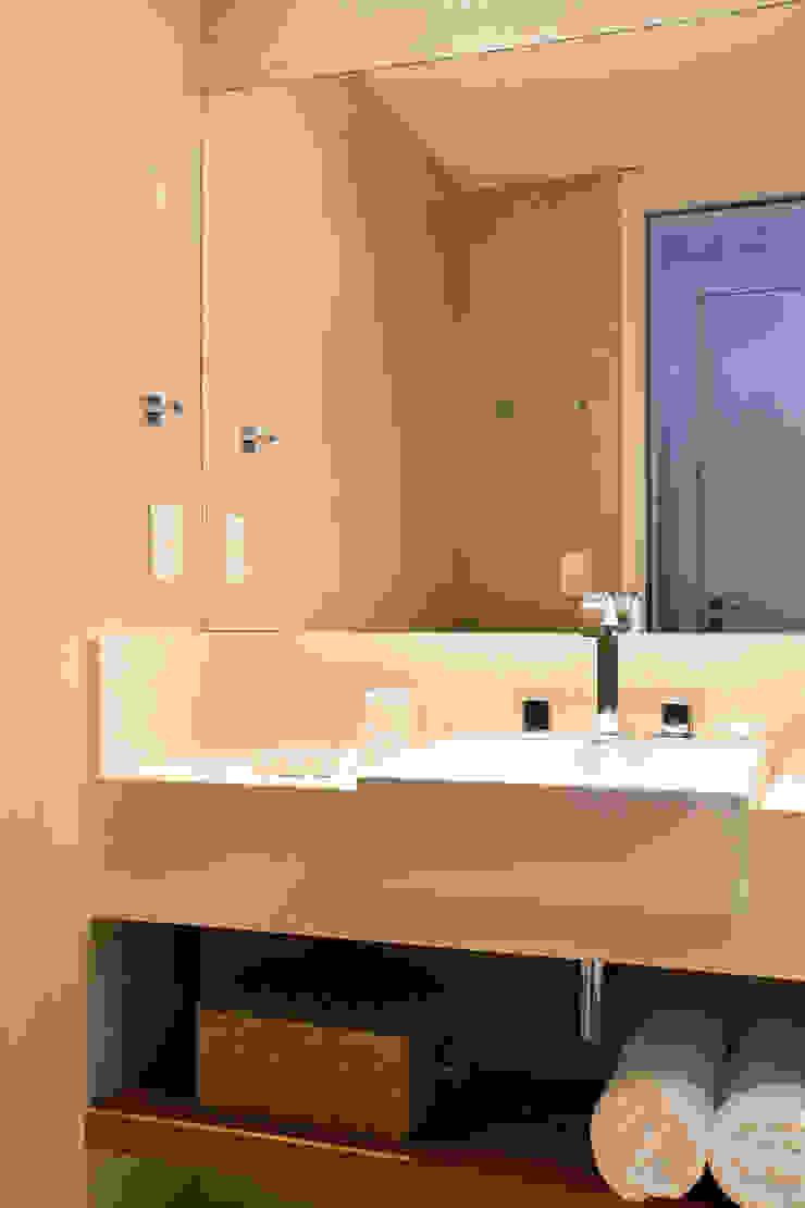 現代浴室設計點子、靈感&圖片 根據 Studio Eloy e Freitas Arquitetura e Interiores 現代風