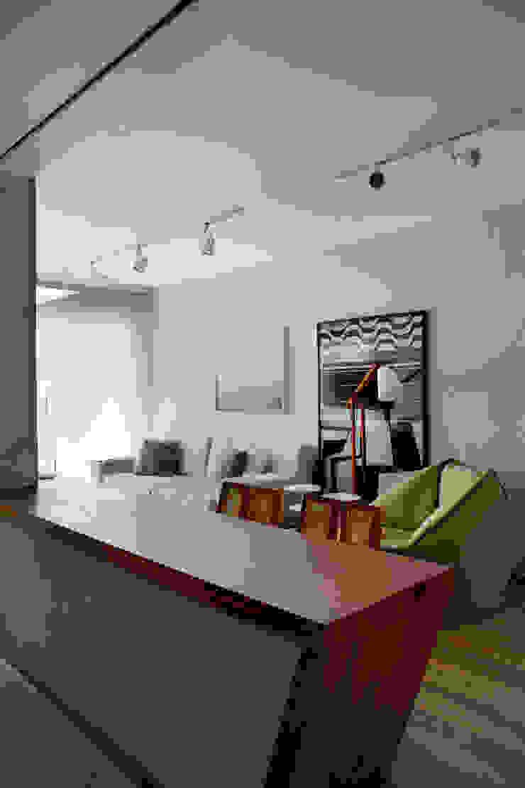 现代客厅設計點子、靈感 & 圖片 根據 Studio Eloy e Freitas Arquitetura e Interiores 現代風