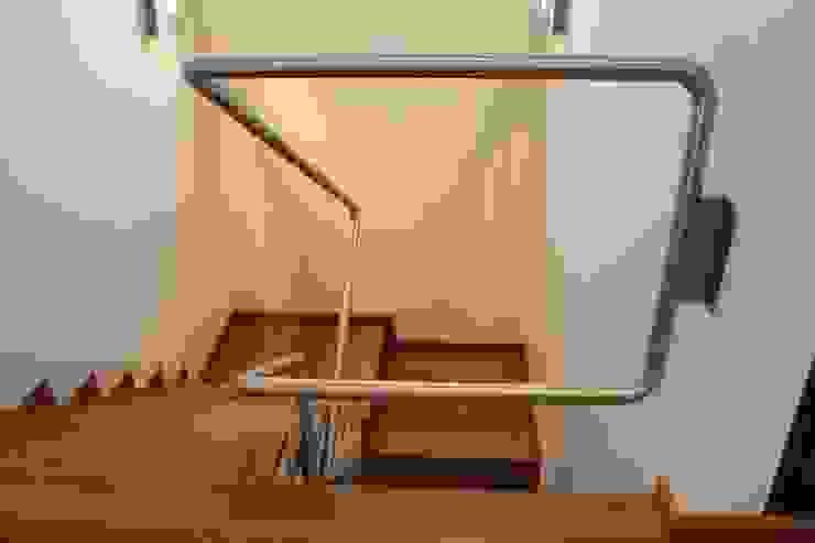 Poggi Schmit Arquitectura Modern corridor, hallway & stairs