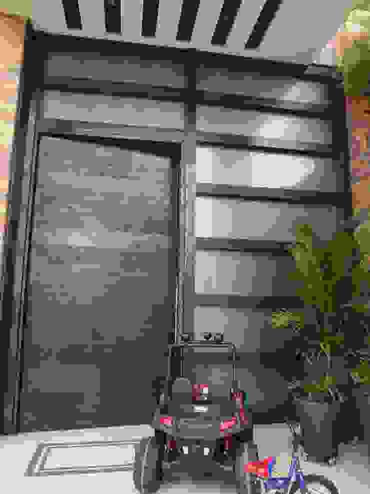 Puerta principal antes de la remodelación de John Robles Arquitectos Ecléctico