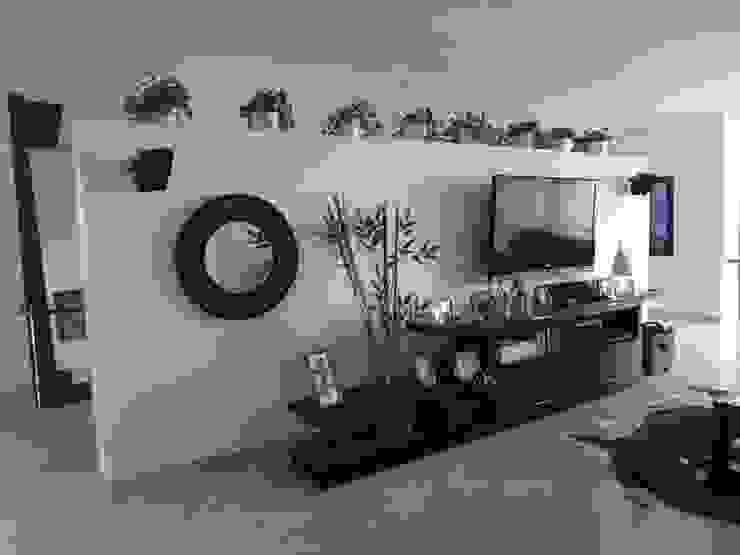 Sala de TV antes de la remodelación de John Robles Arquitectos Ecléctico