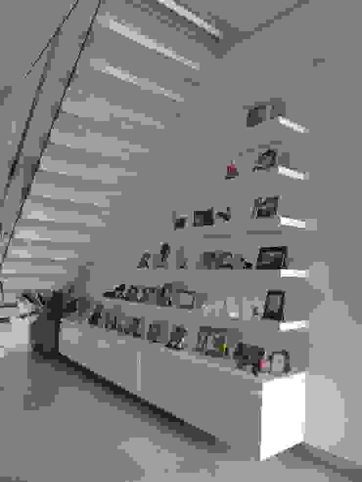Mueble portaretratos Paredes y pisos de estilo ecléctico de John Robles Arquitectos Ecléctico