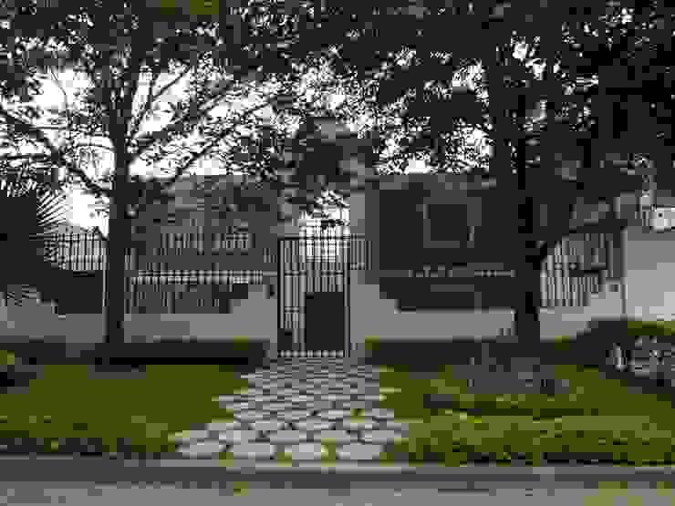 Acceso principal Casas de estilo rústico de John Robles Arquitectos Rústico