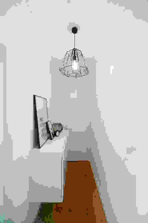 WOHNGLUECK GmbH (Immobilien) Minimalist corridor, hallway & stairs