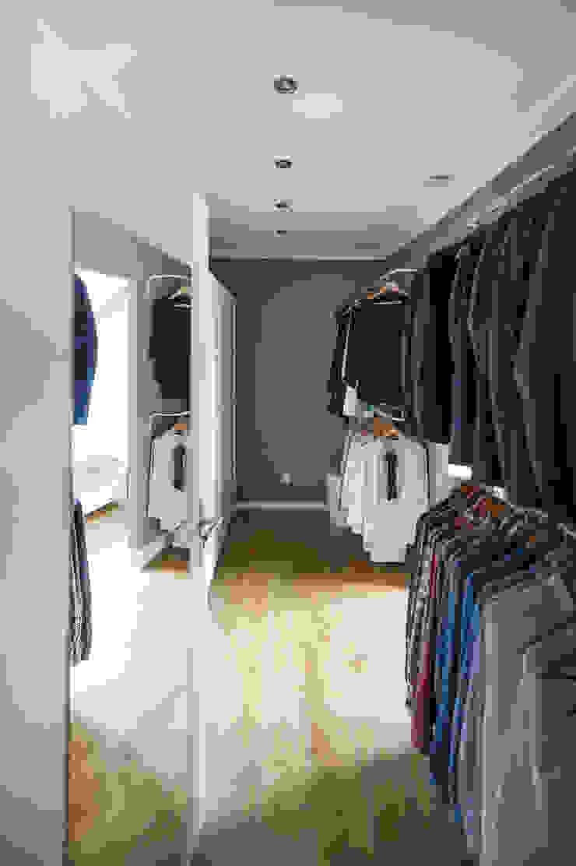 WOHNGLUECK GmbH (Immobilien) Modern Dressing Room