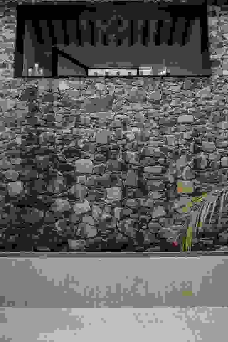 Eclectic style corridor, hallway & stairs by Región 4 Arquitectura Eclectic