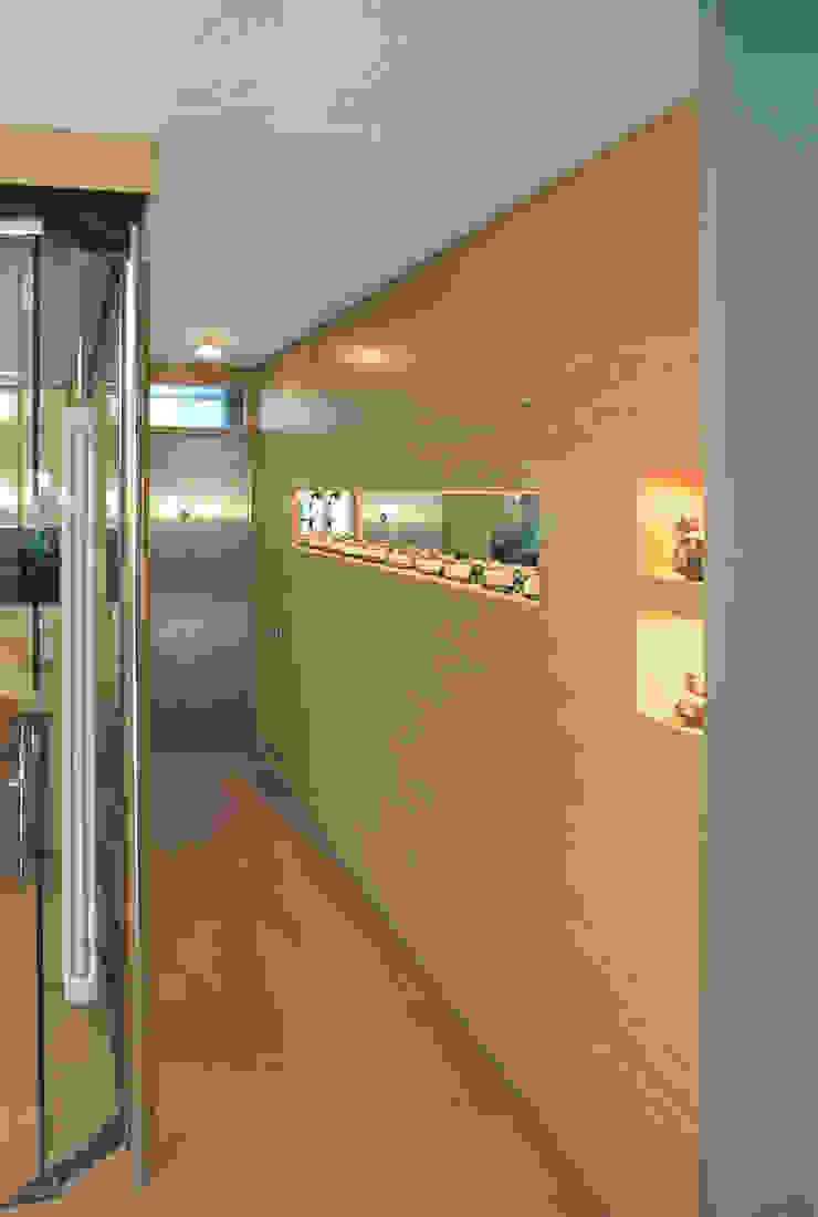 Minimalist corridor, hallway & stairs by Daifuku Designs Minimalist