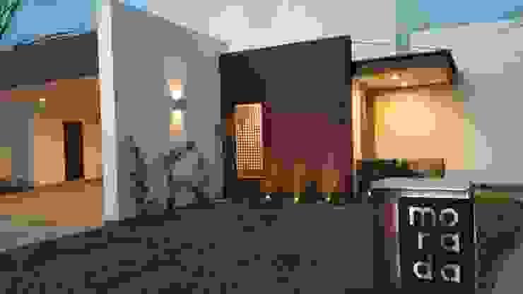ENTRADA PRINCIPAL CASA MORADA Casas modernas de MARIO TALAMAS Moderno Concreto