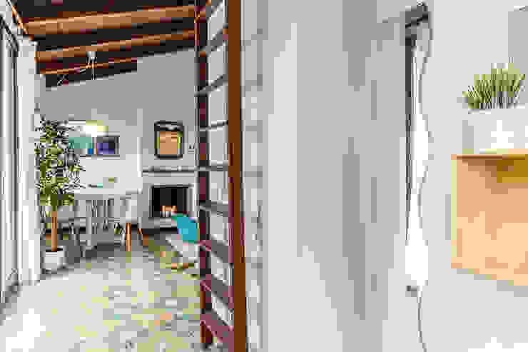 Modern corridor, hallway & stairs by Boite Maison Modern
