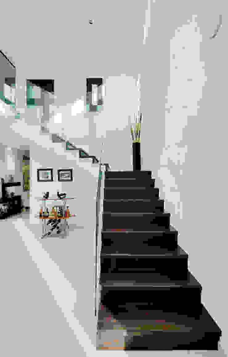 ESCALERA PRINCIPAL Pasillos, vestíbulos y escaleras coloniales de Excelencia en Diseño Colonial Ladrillos